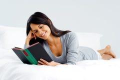Mulher do livro do lazer Fotos de Stock Royalty Free
