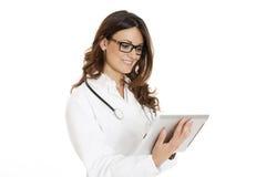 Mulher do médico com o PC do estetoscópio e do portátil Fotos de Stock