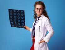 Mulher do médico médico com tomografia no azul Fotos de Stock