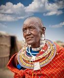 Mulher do Masai com ornamento tradicionais tanzânia imagem de stock