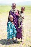 Mulher do Masai com suas crianças Fotografia de Stock Royalty Free
