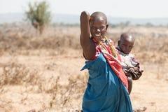 Mulher do Masai e bebê do tribo Tanzânia de Maasai, África foto de stock royalty free