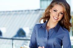 Mulher do mediador imobiliário imagem de stock
