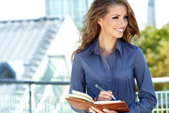 Mulher do mediador imobiliário foto de stock royalty free