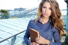 Mulher do mediador imobiliário fotos de stock royalty free