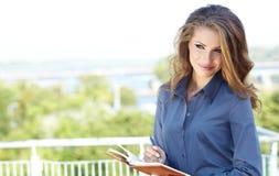 Mulher do mediador imobiliário fotografia de stock