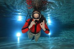 Mulher do mergulhador subaquática imagem de stock royalty free