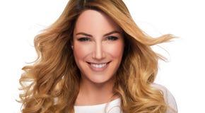 Mulher do modelo do cabelo louro Retrato fêmea Tiro do estúdio foto de stock