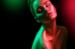 Mulher do modelo de forma em sparkles brilhantes coloridos e nas luzes de néon que levantam no estúdio, retrato da menina 'sexy'  fotos de stock