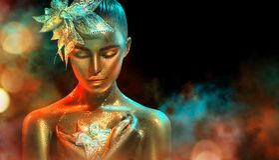 A mulher do modelo de forma em sparkles dourados brilhantes coloridos e as luzes de néon que levantam com fantasia florescem Retr imagem de stock