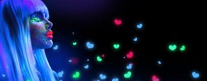 Mulher do modelo de forma na luz de néon Menina modelo bonita com composição fluorescente brilhante colorida isolada no preto imagens de stock royalty free