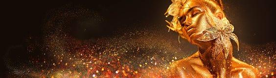 Mulher do modelo de forma nos sparkles dourados brilhantes coloridos que levantam com flor da fantasia fotografia de stock