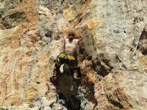 Mulher do montanhista de rocha no penhasco fotografia de stock