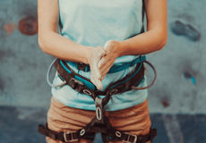 Mulher do montanhista que reveste suas mãos no pó Foto de Stock