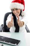 Mulher do Natal com polegares acima Fotos de Stock Royalty Free