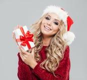 Mulher do Natal no chapéu de Santa com caixa de presente do White Christmas foto de stock royalty free
