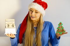 Mulher do Natal que guarda o calend?rio e a ?rvore imagens de stock royalty free