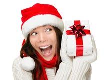 Mulher do Natal que prende excited atual Fotografia de Stock Royalty Free