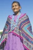 Mulher do Navajo do nativo americano em grânulos e no xaile coloridos, Los Angeles, CA foto de stock