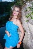 Mulher do Nude coberta pela toalha azul imagem de stock