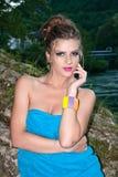 Mulher do Nude coberta pela toalha azul fotos de stock royalty free