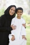 Mulher do Oriente Médio com filho fotografia de stock royalty free
