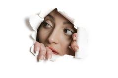 Mulher do Oriente Médio nova que olha longe do furo de papel rasgado foto de stock royalty free