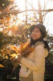 Mulher do outono com as folhas amarelas da queda imagem de stock royalty free