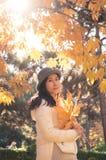 Mulher do outono com as folhas amarelas 3 da queda fotografia de stock royalty free