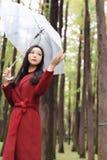 Mulher do outono feliz após o guarda-chuva de passeio da chuva imagens de stock royalty free