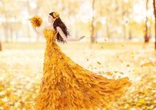 Mulher do outono no vestido da forma das folhas de bordo da queda Fotos de Stock Royalty Free