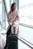 Mulher do passageiro na viagem aérea de espera do aeroporto Imagem de Stock