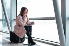 Mulher do passageiro na viagem aérea de espera do aeroporto Fotografia de Stock Royalty Free