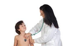 Mulher do pediatra que faz um controle Foto de Stock Royalty Free
