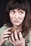 Mulher do pedinte com uma parte de pão imagem de stock royalty free