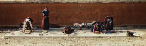 a mulher do peregrino está rezando fora de um templo budista tibetano fotos de stock