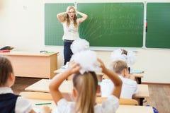 Mulher do professor no esforço ou na depressão na sala de aula da escola Imagem de Stock