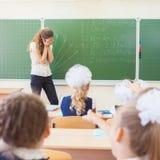 Mulher do professor no esforço ou na depressão na sala de aula da escola Fotografia de Stock Royalty Free