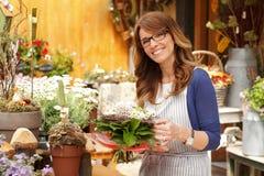 Mulher do proprietário de florista Fotografia de Stock Royalty Free