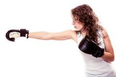 Mulher do pugilista do esporte em luvas pretas Encaixotamento de pontapé do treinamento da menina da aptidão Fotos de Stock Royalty Free