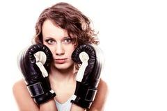 Mulher do pugilista do esporte em luvas pretas Encaixotamento de pontapé do treinamento da menina da aptidão Fotos de Stock