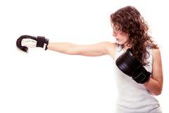 Mulher do pugilista do esporte em luvas pretas. Encaixotamento de pontapé do treinamento da menina da aptidão. Imagens de Stock Royalty Free