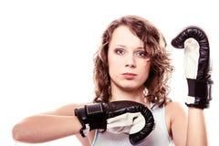 Mulher do pugilista nas luvas que treina o encaixotamento de pontapé. Imagens de Stock