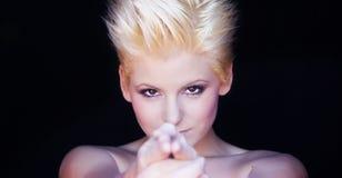 Mulher do punk que aponta com mãos Imagens de Stock Royalty Free