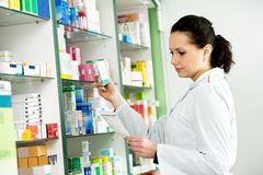 Mulher do químico da farmácia na drograria Fotos de Stock Royalty Free