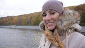 A mulher do retrato aprecia flutuar no barco da excursão no rio na cidade no outono colorido video estoque