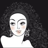 Mulher do retrato bonita no fundo preto Fotos de Stock Royalty Free