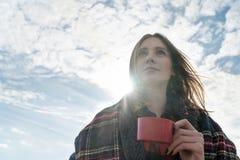 Mulher do retrato com um copo do chá imagens de stock royalty free