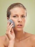 Mulher do retrato da beleza do close up que esfrega sua pele foto de stock