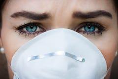 Mulher do retrato do close-up que veste uma máscara protetora Fotografia de Stock Royalty Free